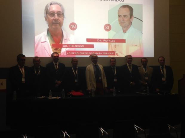 Dres. Caro, Poyales (2º y 4º izda), Andreu y Argüeso (3º y 2º dcha), junto a otros participantes en Controversias de las lentes multifocales