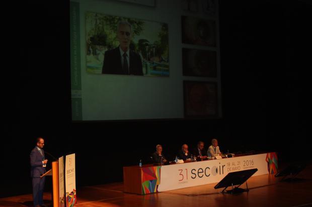 Un momento durante la presentación de la monografía Complicaciones en la cirugía del cristalino; Dr. Francisco Poyales, Innova Ocular IOA Madrid