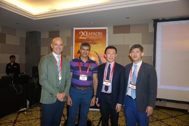 El Dr. Aramberri (a la izda), junto al resto de ponentes del Master Class in Phakic IOLs