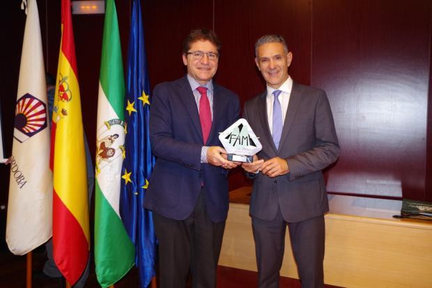 Rafael Aguera e ignacio conde posan con el premio
