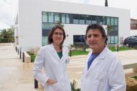 El Dr. Alberto Villarrubia, responsable del Área de Trasplantes de Innova Ocular La Arruzafa; y María José Cantais, responsable del departamento de Biología del centro