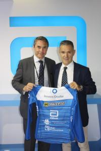 Máximo Gómez, conuntry manager en España y Portugal de Abbott, e Ignacio Conde, dtor gerente de Innova Ocular, con la equipación que llevarán los corredores