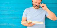 presbicia o vista cansada: hombre con dificultad para enfocar de cerca la vista